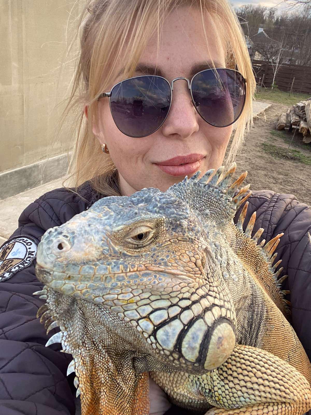 Игуана с хозяйкой / фото предоставила хозяйка Мила