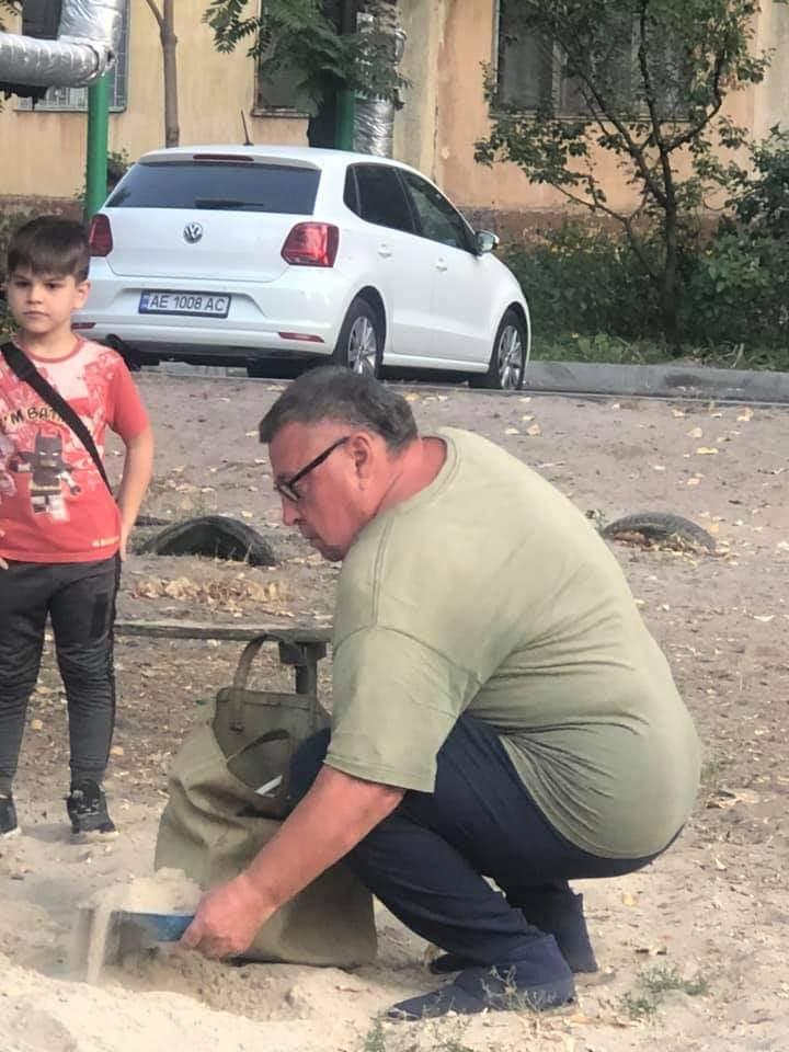 Мужчина ворует детский песок/ фото: fb Просто Днепропетровск (Днепр)