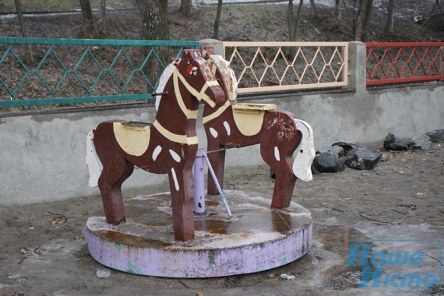 Карусель на площадке в парке Глобы/ фото: nashemisto.dp.ua