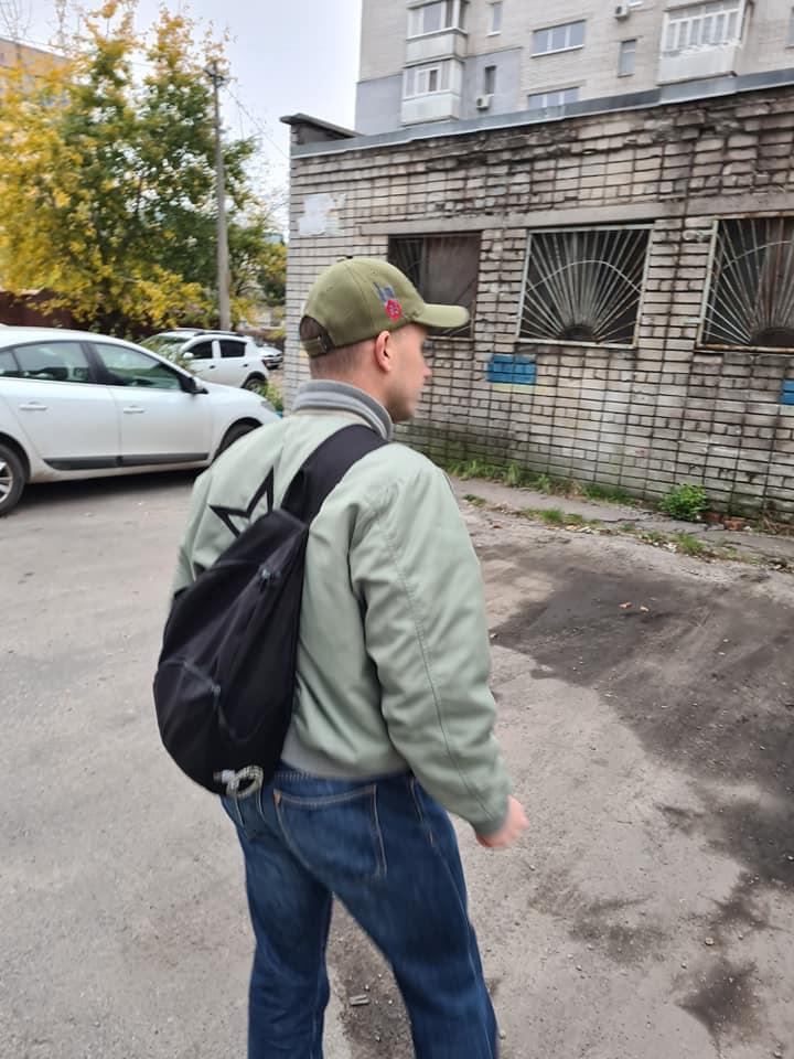 Мужчина набросился на автомобиль / фото: fb Радмила Чаплыгина