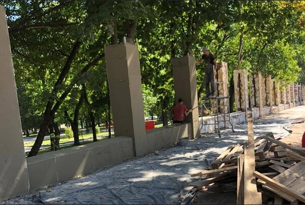 Реставрация забора в парке Шевченко / фото: fb Сергея Белого
