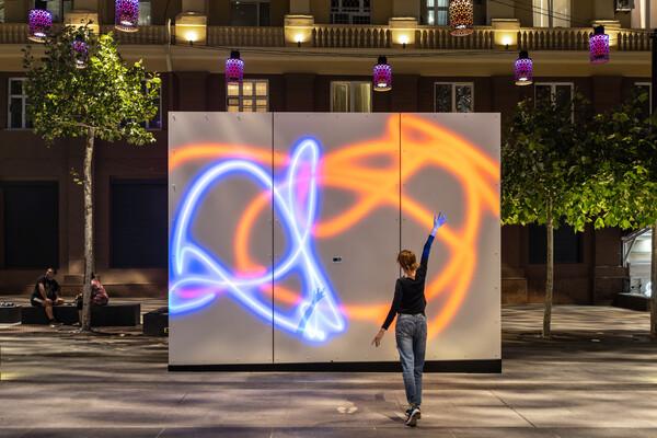 Получи ответ: сколько людей уже порисовали светом на Короленко (Фото). Афиша Днепра